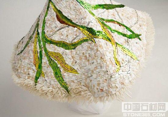 带着绿色花纹的白色大理石裙