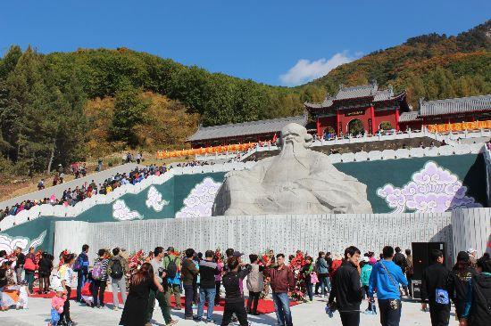 石雕老子像27日在辽宁本溪九鼎铁刹山风景区落成. 这座巨石雕像总高9.